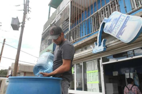 Comerciantes buscan superar crisis de agua por megacorte.