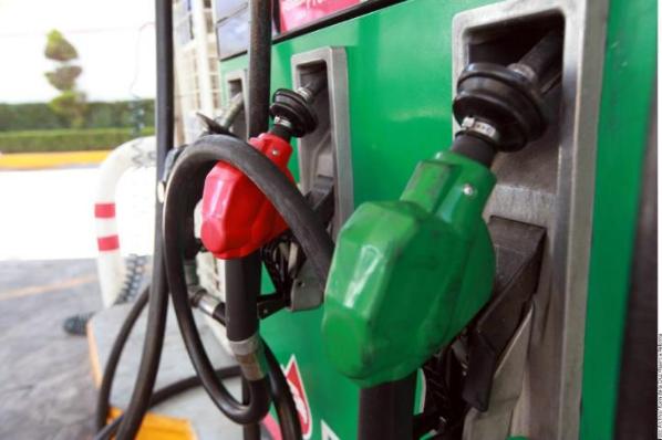 Baja la gasolina; en México continúan precios al alza.