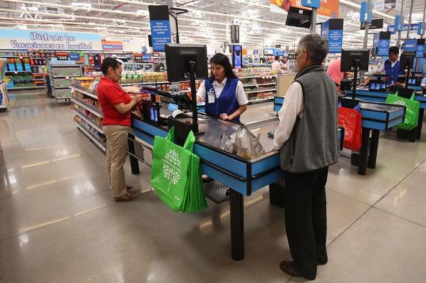 Sindicatos desafían a Walmart y la emplazan a huelga.